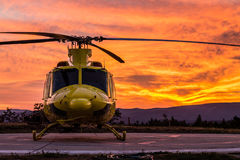 Helikopter på en solnedgång Arkivbild