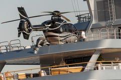 helikopter på yachten Arkivfoton