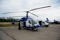 Helikopter policyjny KA-226 przy lotniskiem Obraz Stock