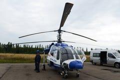 Helikopter policyjny KA-226 przy lotniskiem Fotografia Royalty Free