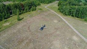 Helikopter przyjeżdżający na zieleni polu Helikopter lądował na żółtej trawie, chmurny dzień Latający truteń i zielony pszeniczny fotografia stock