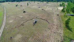 Helikopter przyjeżdżający na zieleni polu Helikopter lądował na żółtej trawie, chmurny dzień Latający truteń i zielony pszeniczny zbiory