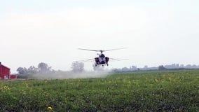 Helikopter som besprutar gödningsmedel stock video