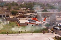 Helikopter som en taxa omkring som landar Royaltyfria Bilder