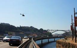 Helikopter som flyger över floden i Porto Fotografering för Bildbyråer