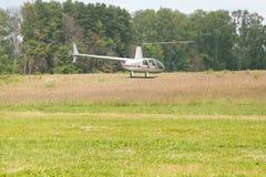Helikopter som svävar över fält Arkivbilder