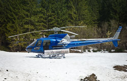 Helikopter som vilar på snön Royaltyfri Foto