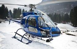 Helikopter som vilar på snön - framdel Royaltyfri Bild