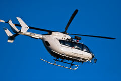 Helikopter tijdens de vlucht royalty-vrije stock afbeelding
