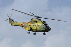 Helikopter tijdens de vlucht Stock Afbeeldingen