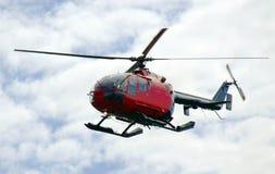 Helikopter tijdens de vlucht, bewolkte hemel stock afbeelding