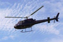 Helikopter tijdens de vlucht zoals die wordt gezien van onderaan stock afbeelding