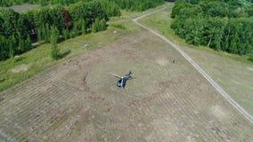 Helikopter ziemie w polu Helikopter po środku zieleni pola przygotowywa latać Helikopter przyjeżdżający na polu zbiory