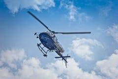 Helikopterflyg på himmel Arkivfoton