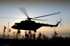 Helikopterflyg på natten fotografering för bildbyråer