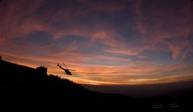 Helikopterflyg på solnedgången fotografering för bildbyråer