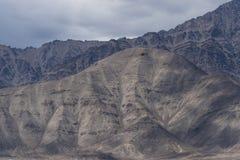Helikopterflyg till och med berglandskap av Ladakh Royaltyfri Fotografi