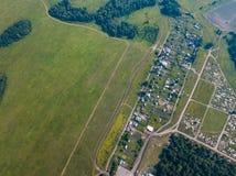 Helikopterhommel geschoten dorp met weg royalty-vrije stock fotografie