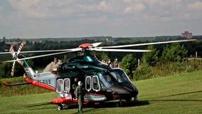 Helikopterlandning och långsamt en stoppiongpropeller lager videofilmer