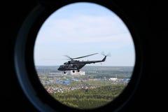 Helikoptern för Mil Mi-8AMTSH av ryskt flygvapen som ses från fönster under Victory Day, ståtar Arkivfoto