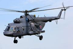 Helikoptern för Mil Mi-8AMTSH av ryskt flygvapen under Victory Day ståtar Fotografering för Bildbyråer