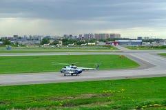 Helikoptern för Mil Mi-8PS av Sparc Avia Flyg Företag i den Pulkovo flygplatsen i St Petersburg, Ryssland Royaltyfria Foton