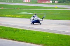 Helikoptern för Mil Mi-8PS av Sparc Avia Flyg Företag i den Pulkovo flygplatsen i St Petersburg, Ryssland Arkivbilder