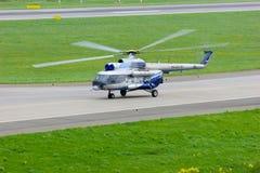 Helikoptern för Mil Mi-8PS av Sparc Avia Flyg Företag i den Pulkovo flygplatsen i St Petersburg, Ryssland Fotografering för Bildbyråer