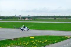 Helikoptern för Mil Mi-8PS av Sparc Avia Flyg Företag landning i den Pulkovo flygplatsen i St Petersburg, Ryssland Royaltyfria Foton