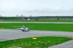 Helikoptern för Mil Mi-8PS av Sparc Avia Flyg Företag landning i den Pulkovo flygplatsen i St Petersburg, Ryssland Royaltyfria Bilder