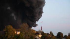 Helikoptern flög in i röken och var i stånd till från en brand En våldsam brand i staden Räddningbärgningen arkivfilmer