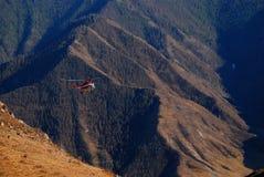 Helikoptern i de Altai bergen Arkivbild