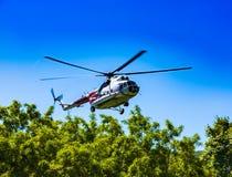 Helikoptern i himlen på inställningen fotografering för bildbyråer