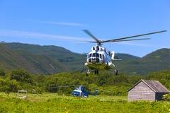 Helikoptern i himlen på inställningen royaltyfri fotografi