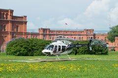 Helikoptern Klocka 407GX RA-01605 på flygfältet i den soliga Maj eftermiddagen royaltyfri foto