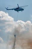 Helikoptern MI-8 flyger för brand - släcka Arkivbild
