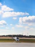 Helikoptern som är klar för, tar av Arkivbild