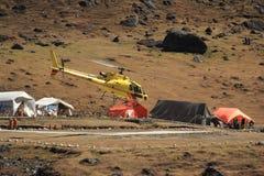 Helikoptern turnerar i himalaya. Royaltyfria Foton