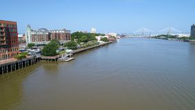 Helikoptern turnerar Savannah River stock video