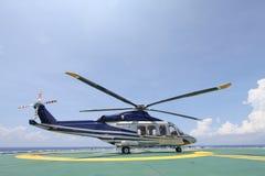 Helikopterparkeren die op zeeplatform landen De bemanningen of de passagier van de helikopteroverdracht aan het werk in de zeeoli Royalty-vrije Stock Afbeelding