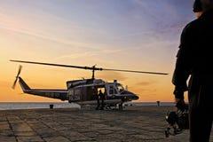 Helikopterpolisen som tar av Arkivfoton