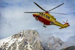 Helikopterräddningsaktion på berget arkivbild