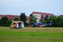 Helikopterräddningsaktionen, patienten som samlas av helikoptern, den slovenska polishelikoptern, överför patienten till sjukhuse royaltyfria foton