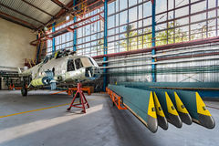 Helikopterreparationsställning i hangaren Arkivfoton