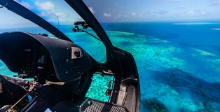 Helikopterritt över den stora barriärrevet i Australien arkivbilder