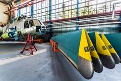 Helikopterrotorblad som tas bort från flygplan Royaltyfria Bilder