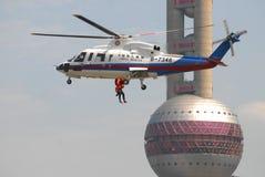 Helikoptersökande och räddningsaktionövning Royaltyfri Fotografi