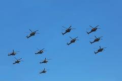 Helikopters mi-24 en mi-28n op parade Stock Foto's