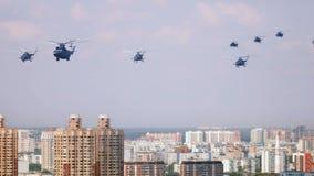 Helikopters over de stad op parade stock video