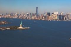 Helikoptersikt av statyn av frihet på bakgrundscentret Manhattan flyg- sikt Liberty IslandManhattan New York City som är nytt royaltyfria foton